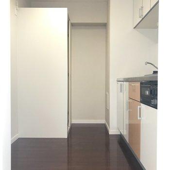 キッチンエリアが広いのって嬉しいな。食器棚やシェルフも楽々置けますよ。