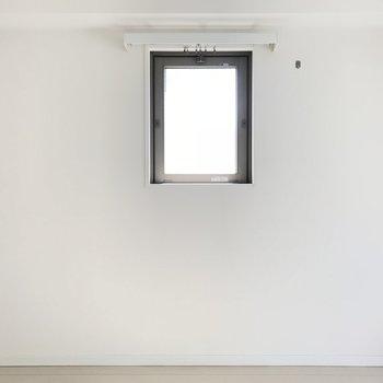 小窓付き。差し込む光がなんだか可愛い。