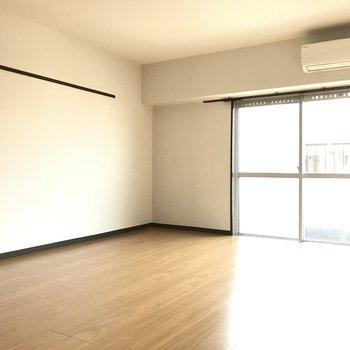8帖の洋室はどど〜んと広く!ダブルベッドもしっかり置けるのでゆとりある寝室に良さそう。