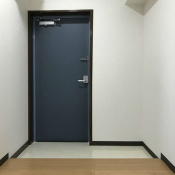 たっぷり広い玄関スペース!シューズボックスはないのでお気に入りのシェルフを置いてみても◎