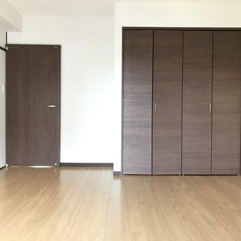 クローゼットの扉はシックなブラウンなのです。