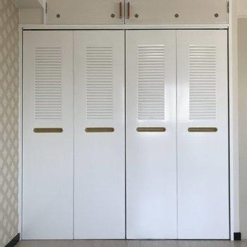 クローゼットの扉はスチール製!白い塗装なのでさわやか。