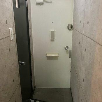 玄関はこじんまり。シューズボックスないです〜!