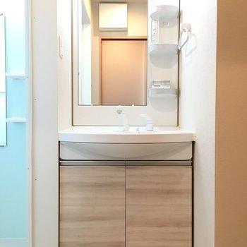 独立洗面台です。明るくてメイクしやすい。