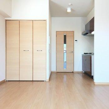 お部屋の入口近くに、ちらりキッチン。