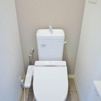 トイレは落ち着いたベージュのアクセントクロスに