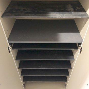 靴箱。高さ調節可能ですよ。※クリーニング前の写真です。