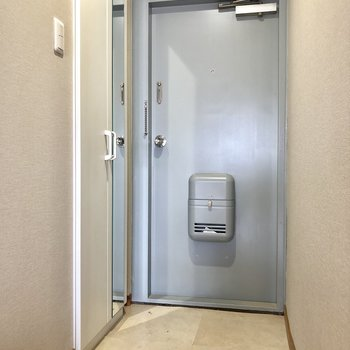 玄関。靴を脱ぐスペースは充分にあります。※クリーニング前の写真です。