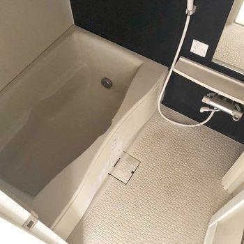 ゆったりできそうなお風呂。それと、ひやっとしないタイプの床。※クリーニング前の写真です。