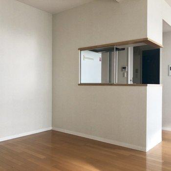 カウンターキッチンに寄せて机を置きたい!※クリーニング前の写真です。
