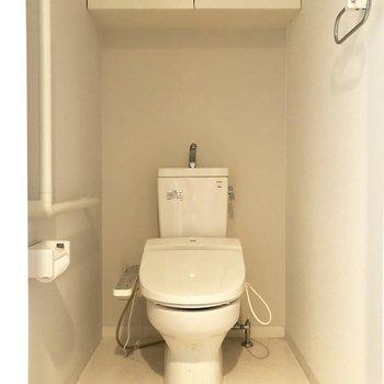 トイレは個室でウォッシュレット付きですよ♩※クリーニング前の写真です。