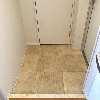 玄関。靴を脱ぐスペースは充分にありますね。※クリーニング前の写真です。