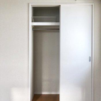 クローゼット。そこまで大きくないのですが、洋服はかけて収納できますよ。※クリーニング前の写真です。