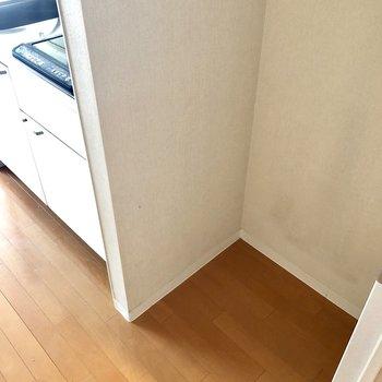 横に冷蔵庫スペースあります。※クリーニング前の写真です。