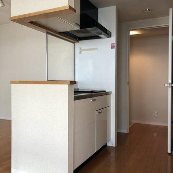 キッチンの木の枠がおしゃれ。※クリーニング前の写真です。