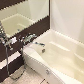 お風呂には大きめ鏡つき!