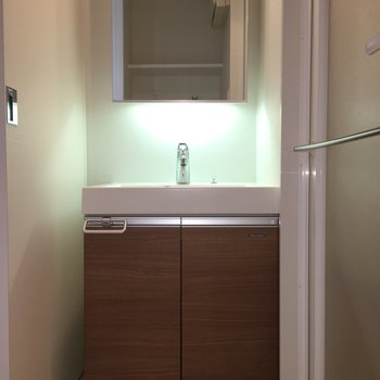 独立洗面台、鏡の後ろからライトがふんわり。