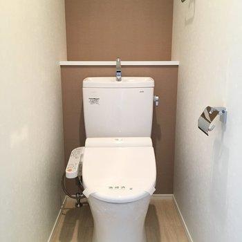 トイレのクロスは優しいブラウン。ウォシュレット付きです。