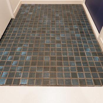 藍の床が可愛い!