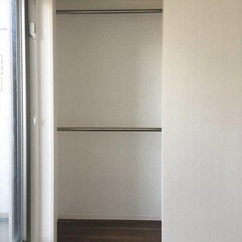 窓側のお部屋にも収納あります。(※写真は11階の別部屋のものです)