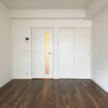 茶色のフローリングがいい感じ。(※写真は11階の別部屋のものです)