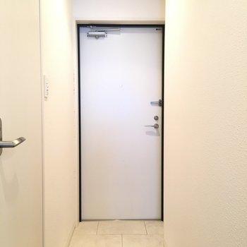 玄関はこんな感じ。(※写真は11階の別部屋のものです)