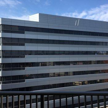 景観は目の前にビル。(※写真は11階からのものです)