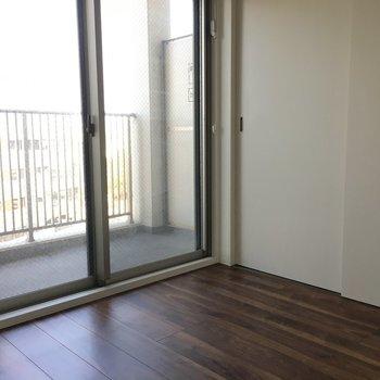 でも、窓はこっちのお部屋が一人占め。(※写真は11階の別部屋のものです)