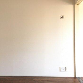 白色の壁に茶色の床。(※写真は11階の別部屋のものです)