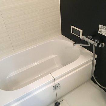 お風呂も広々、テレビモニターがついています。(※写真は11階の別部屋のものです)