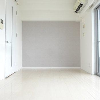真っ白な中にペールグレーのアクセントクロスがオシャレ。※写真は同じ間取りの12階のお部屋のもの