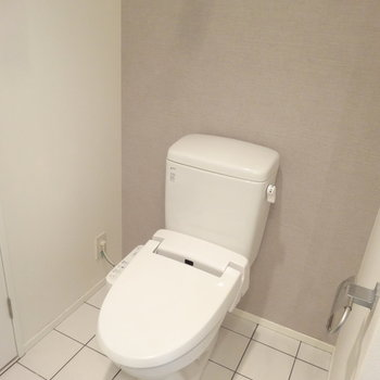 ペールグレーと白いタイルのバランスがめちゃオシャレなトイレ。※写真は同じ間取りの12階のお部屋のもの