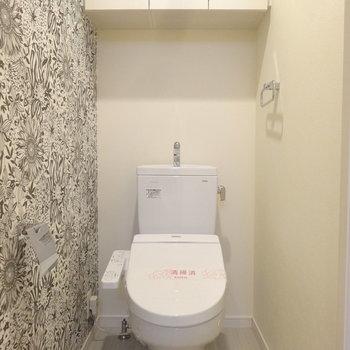 トイレにもしっかり収納付き。アクセントクロスが素敵だな。※写真は同間取り別室で壁紙が違います。