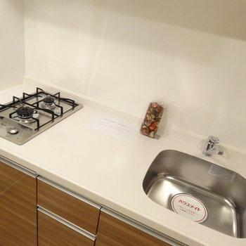 コンロは縦型でオシャレタイプ。調理場スペースもゆったりめ。※写真は同間取り別室です。