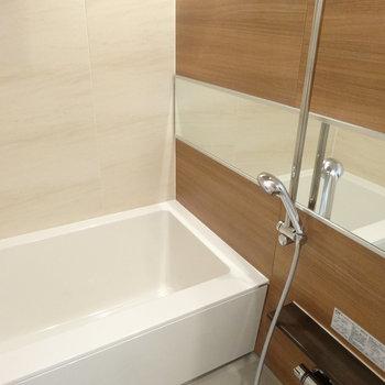 浴室には追焚と乾燥機付きでしっかり設備です。※写真は同間取り別室でアクセントパネルの色味が違います。