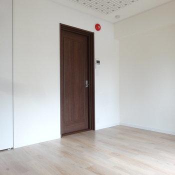 洋室は7.8帖なので、家具は必要最小限が良さげ。※写真は同間取り別室です。
