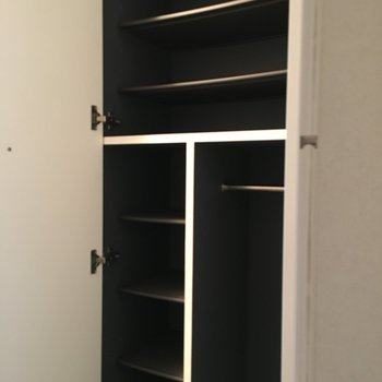 シューズボックスは中はブラックでかっこいい感じ。(※写真は同じ間取りの10階のお部屋のもの)