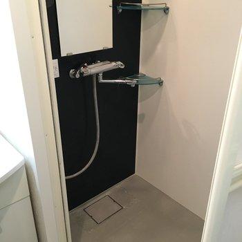 お風呂は浴槽はなくシャワーのみ。(※写真は同じ間取りの10階のお部屋のもの)