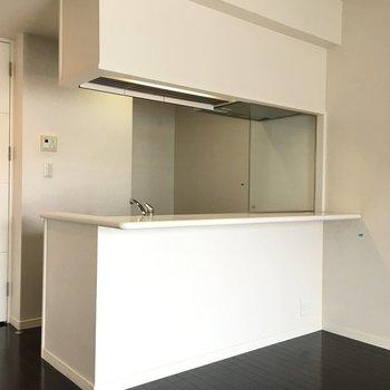 キッチンは対面式。(※写真は同じ間取りの10階のお部屋のもの)