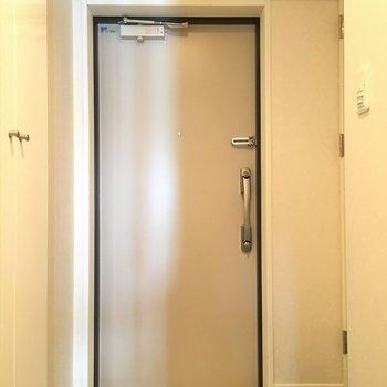 玄関はこちら。横にシューズボックスも完備してあります。(※写真は同じ間取りの10階のお部屋のもの)