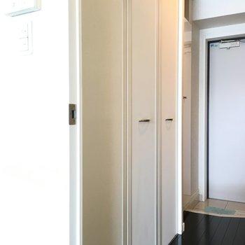 少し進むと廊下脇にクローゼット!たくさん収納できそうな大きさ。(※写真は同じ間取りの10階のお部屋のもの)