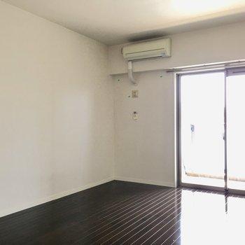 壁はホワイトでシンプルです。(※写真は同じ間取りの10階のお部屋のもの)