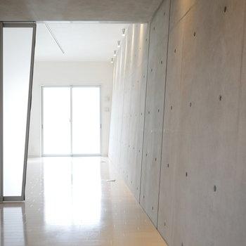 照明を引き立てる斜め壁