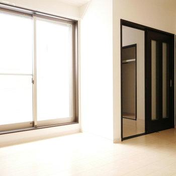 掃き出し窓と洋室への扉