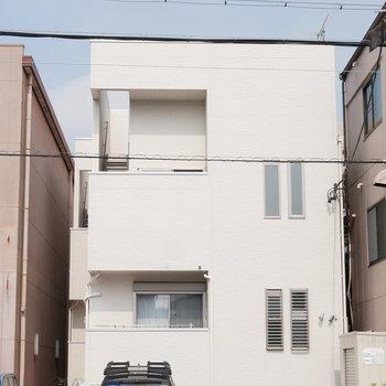 シンプルな2階建てのアパート