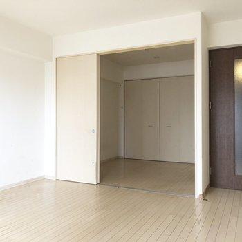 それぞれゆったりな空間!(※写真は8階の反転間取り清掃前の別部屋のものです)