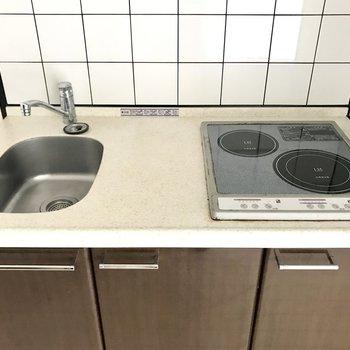 お掃除しやすいIH。シンクが小さめなので洗い物はこまめに片付けよう!(※写真は同じ間取りの3階のお部屋、清掃前のものです)