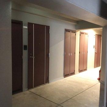 共用廊下はちょっと暗め。だけど清潔感はあります!