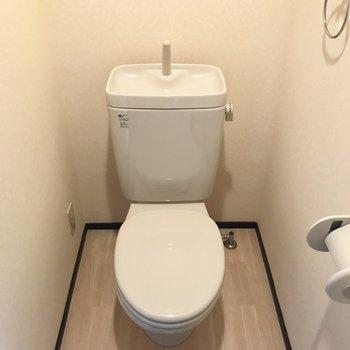 シンプルなトイレ。ウォシュレットはついていないみたいです。(※写真は同じ間取りの3階のお部屋、清掃前のものです)