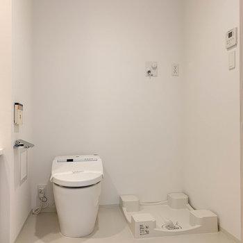 洗濯機置き場とトイレが同室。